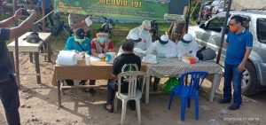 Puluhan pedagang Blok D, Geragai menjalani rapid tes./foto-dok Suwandi camat Geragai